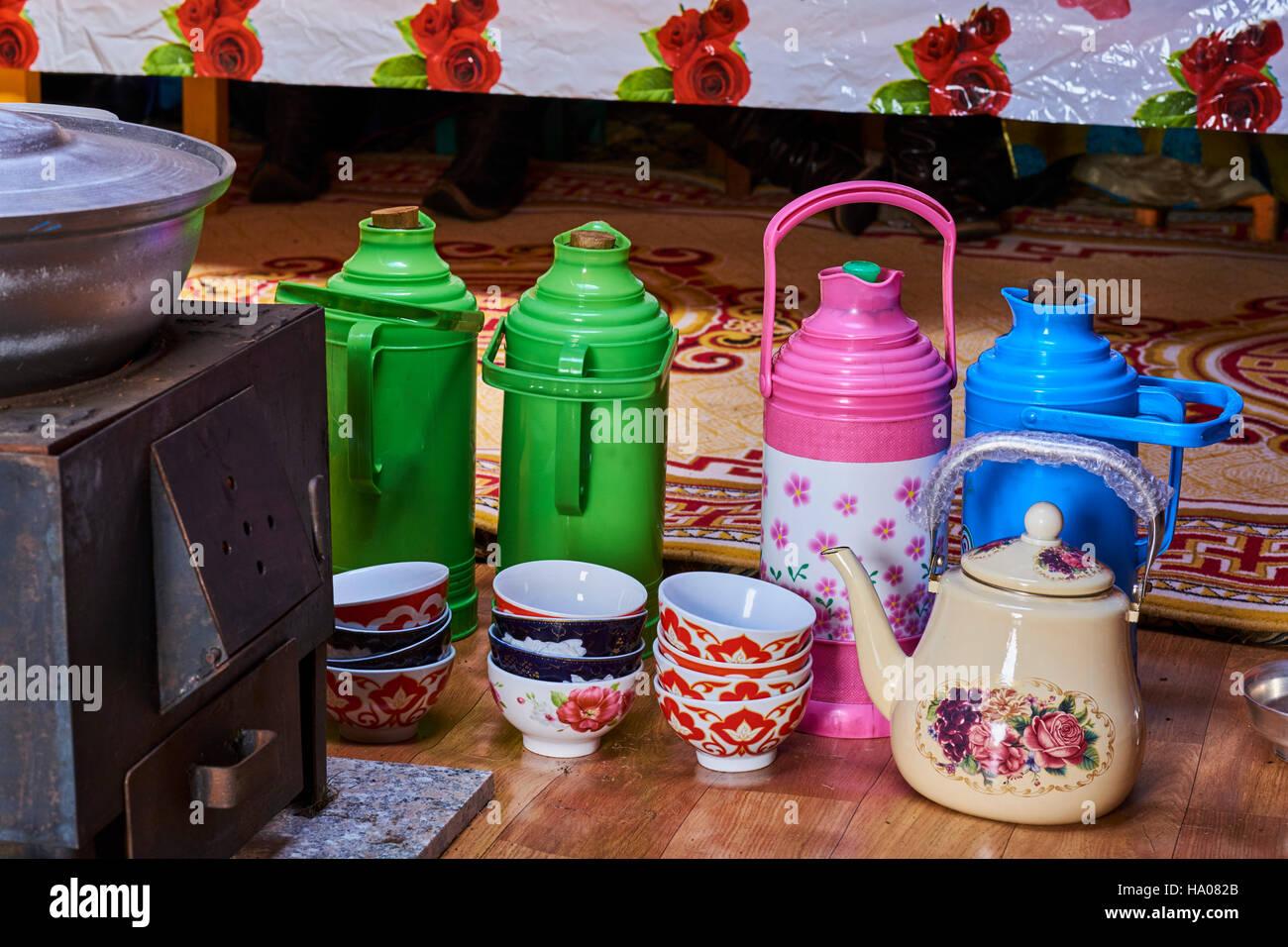 La Mongolie, province d'Uvs, l'ouest de la Mongolie, du thé dans la yourte Photo Stock