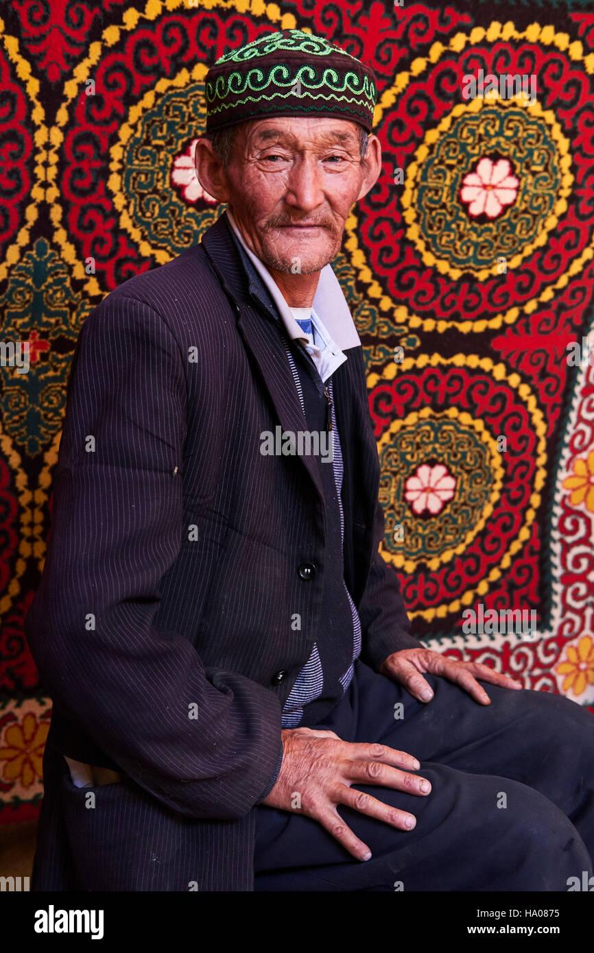 La Mongolie, Bayan-Ulgii province, l'ouest de la Mongolie, camp de nomades kazakhs dans la steppe kazakhe, l'homme Photo Stock