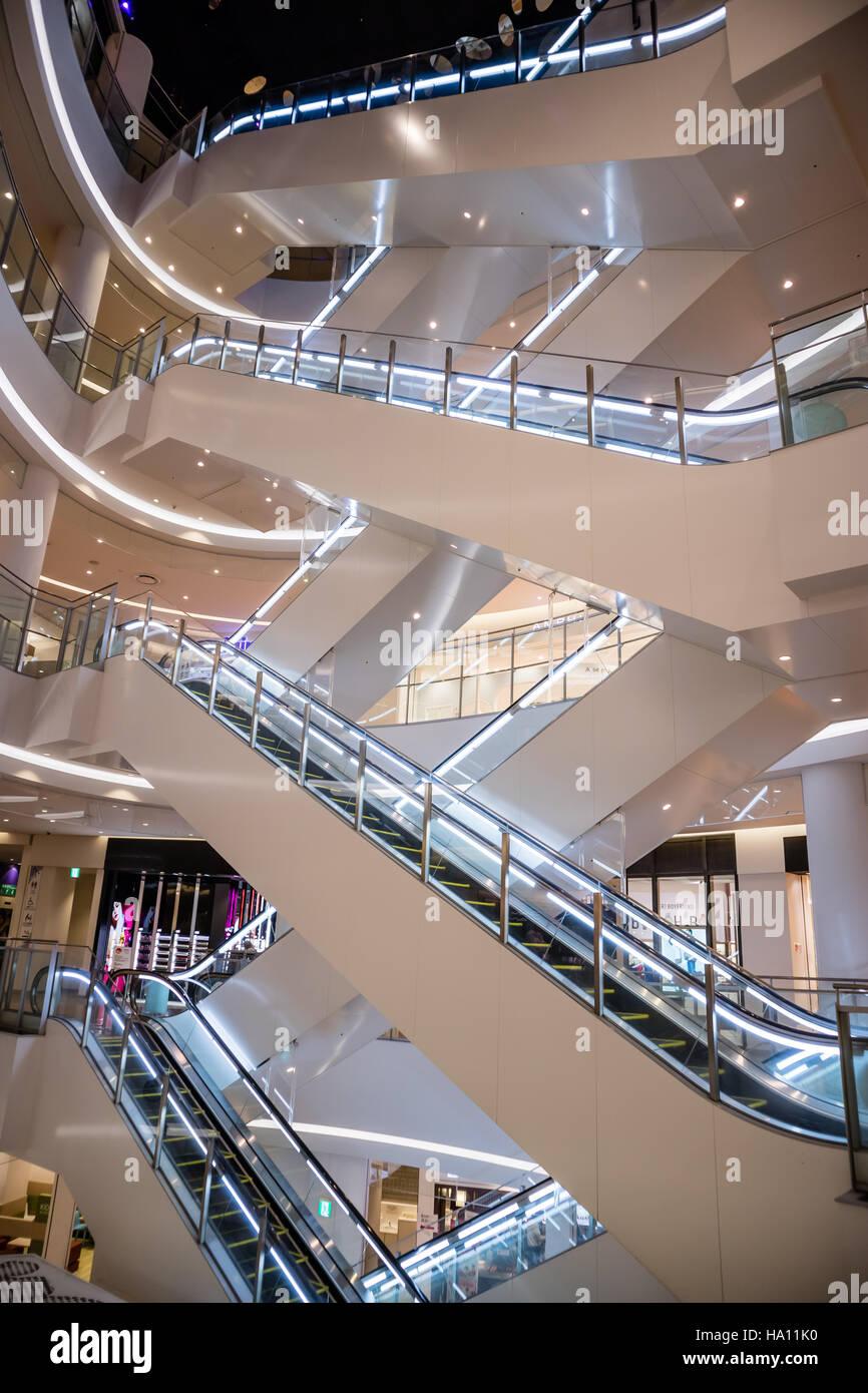 Escalator comme modèle en spirale dans un centre commercial Photo Stock