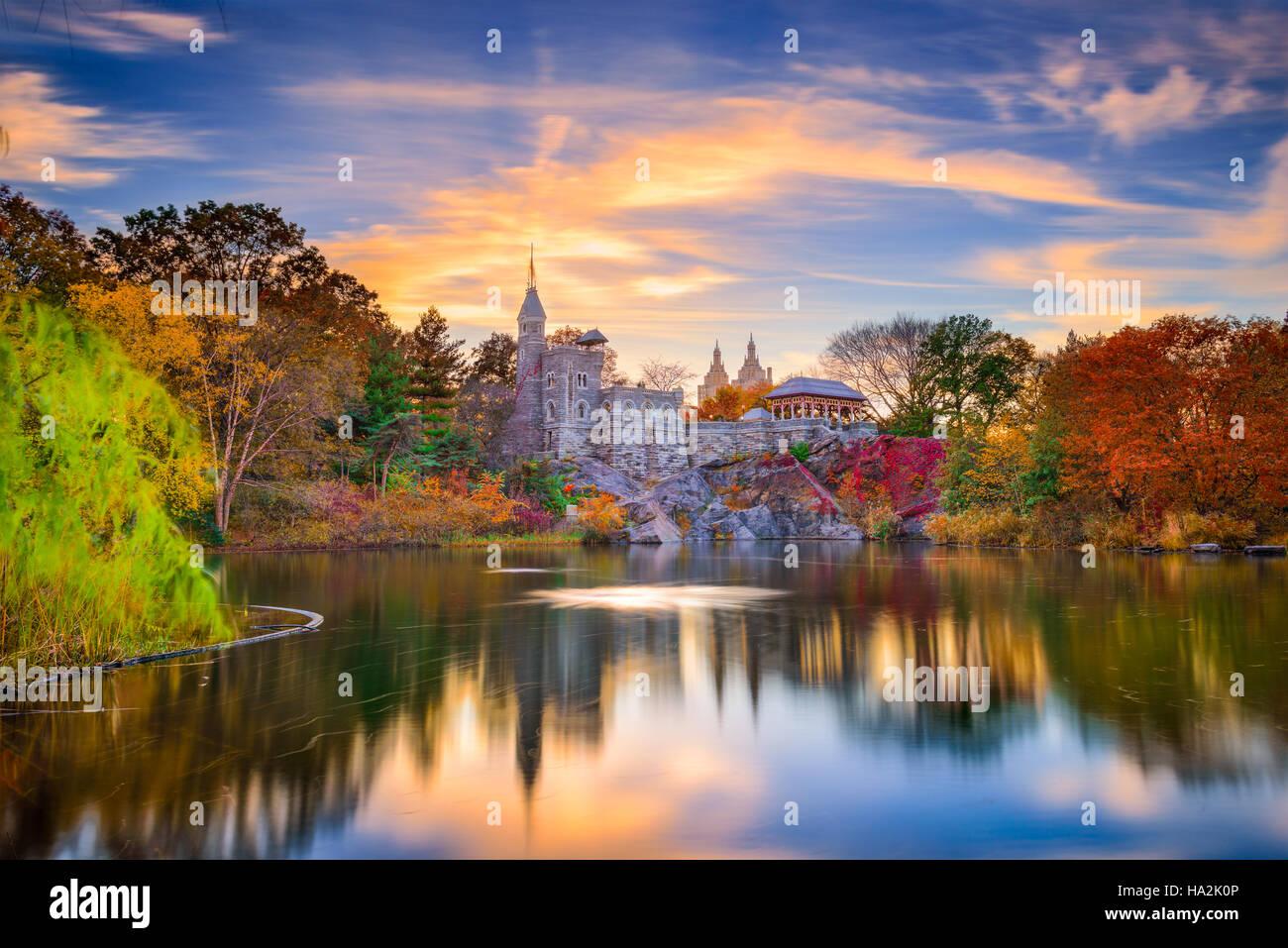 Central Park, New York, au Château du Belvédère au cours d'un automne coucher du soleil. Photo Stock