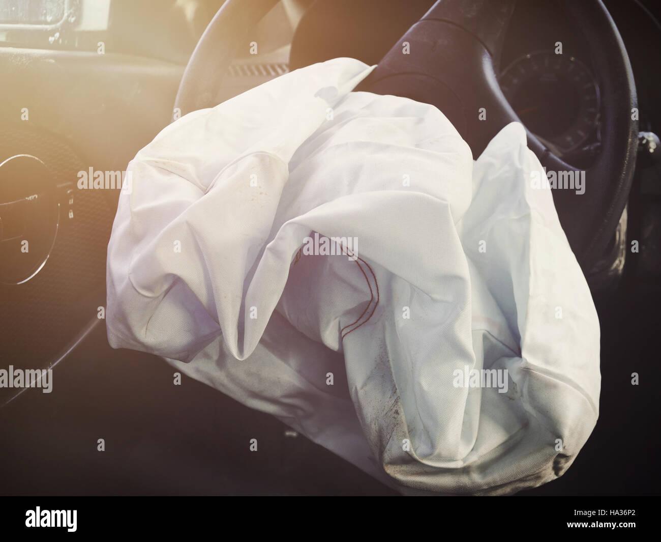 Une voiture avant airbag est ajusté pour un volant d'un accident. L'utiliser pour un concept de sécurité ou d'assurance. Banque D'Images