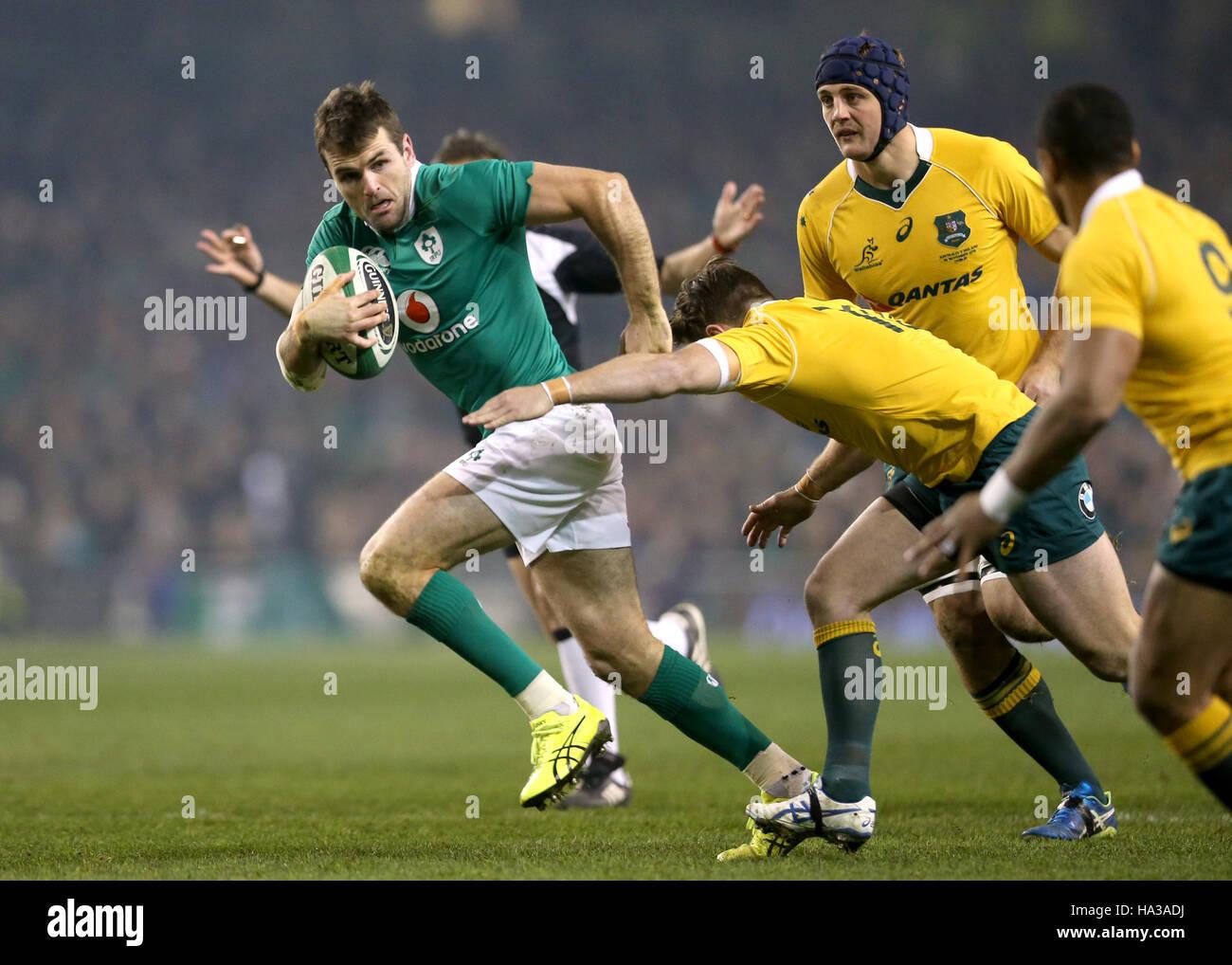 Ireland's Jared Payne est abordé par l'Australie Bernard Foley (à droite) au cours de l'Aviva Photo Stock