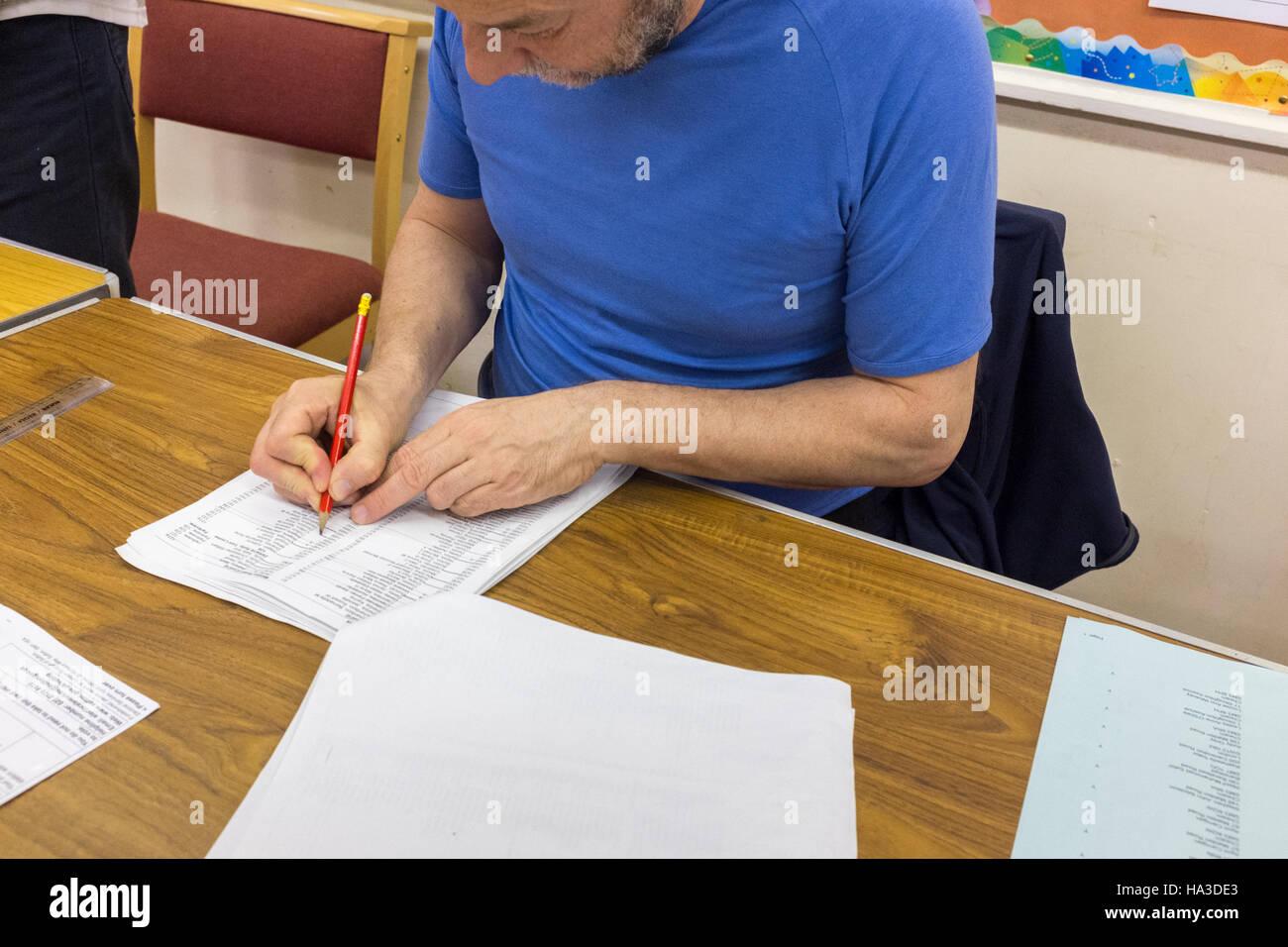 UK,Angleterre,Londres,23/06/2016 personne marquant le Jiménez-montealegre s'inscrire dans l'organisation Photo Stock