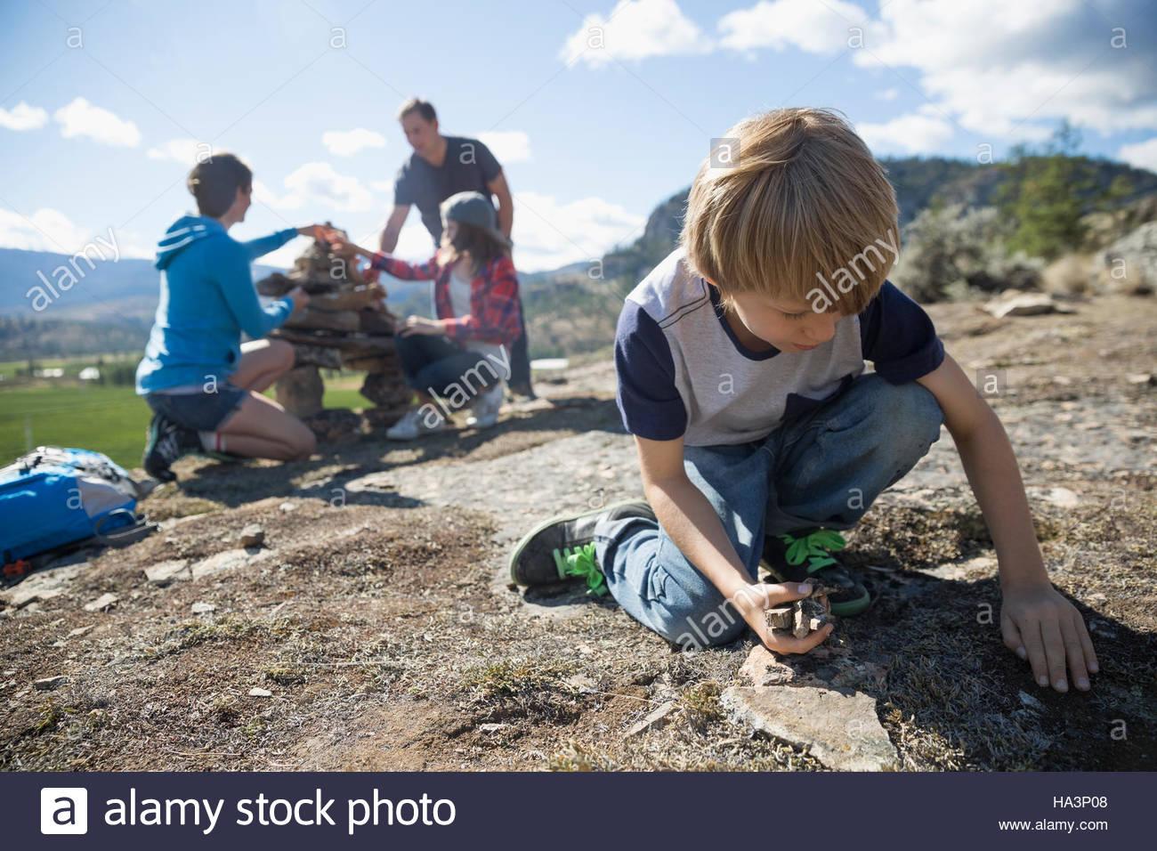 Réunion de famille et les roches d'empilage Photo Stock