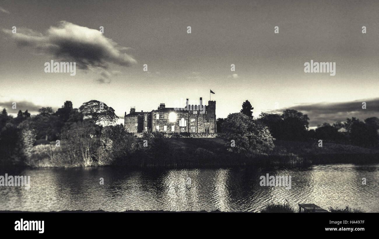 Paysage du soir avec le château et le lac Photo Stock
