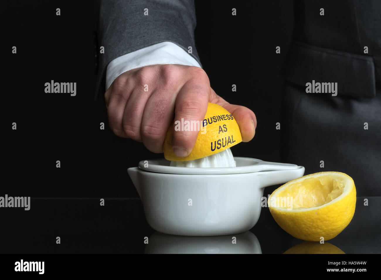 Concept pour affaires comme d'habitude avec du citron et un homme Photo Stock