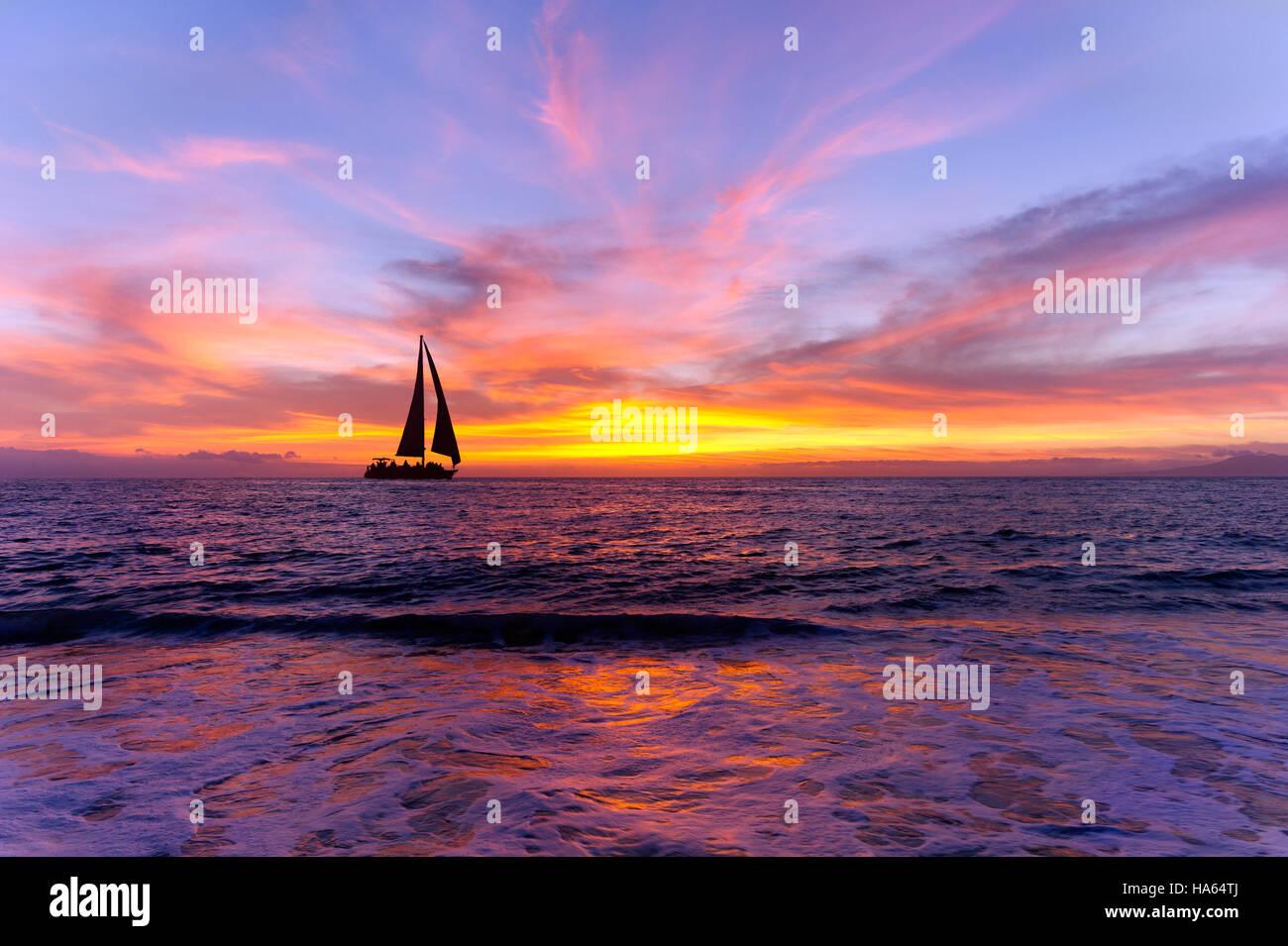 Voilier Ocean sunset silhouette est voilier naviguant le long de l'océan de l'eau avec un ciel coucher Photo Stock