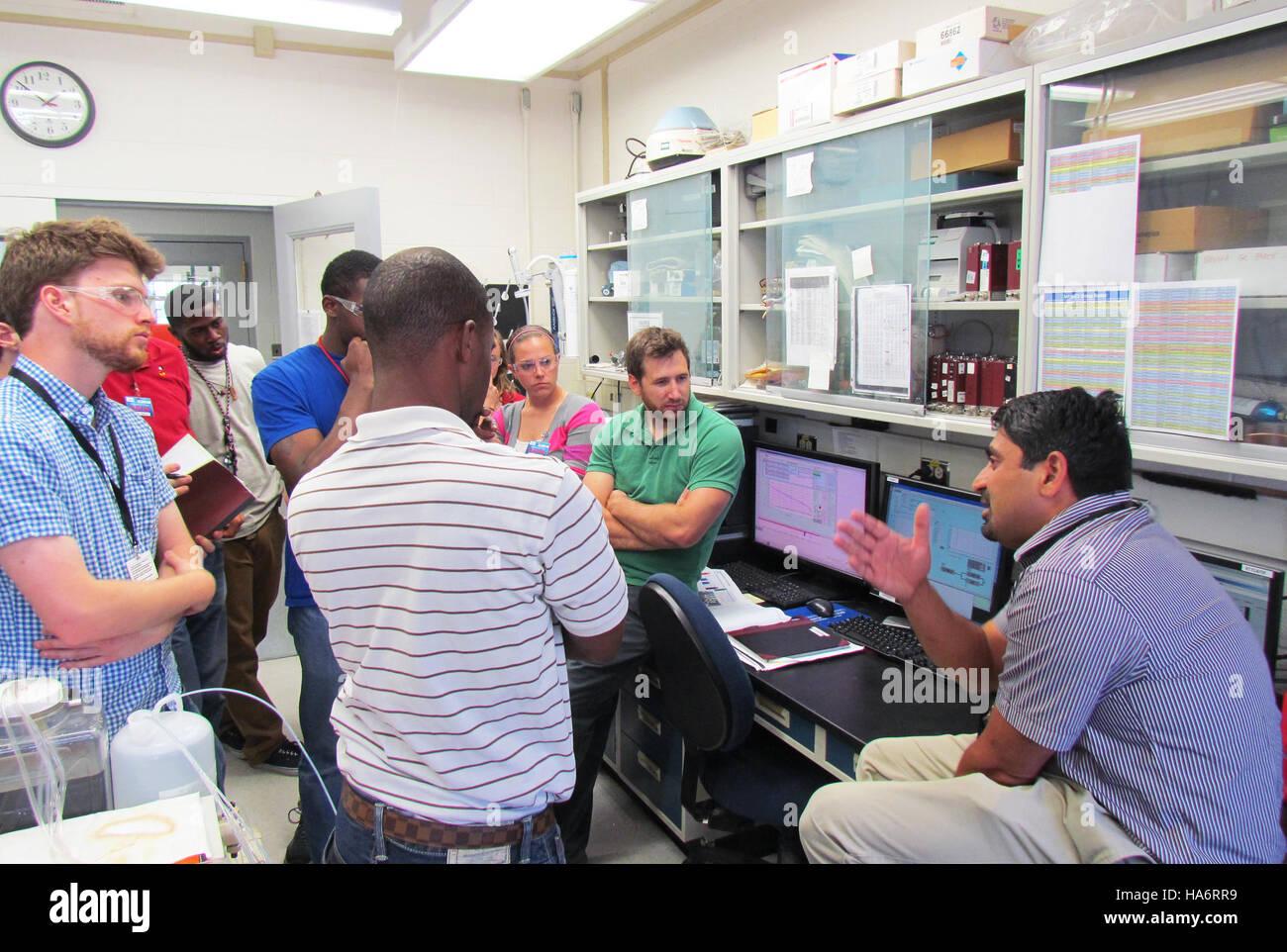 Losalamosnatlab 21418110124 scientifiques enseigner petit cours sur les piles à combustible Photo Stock