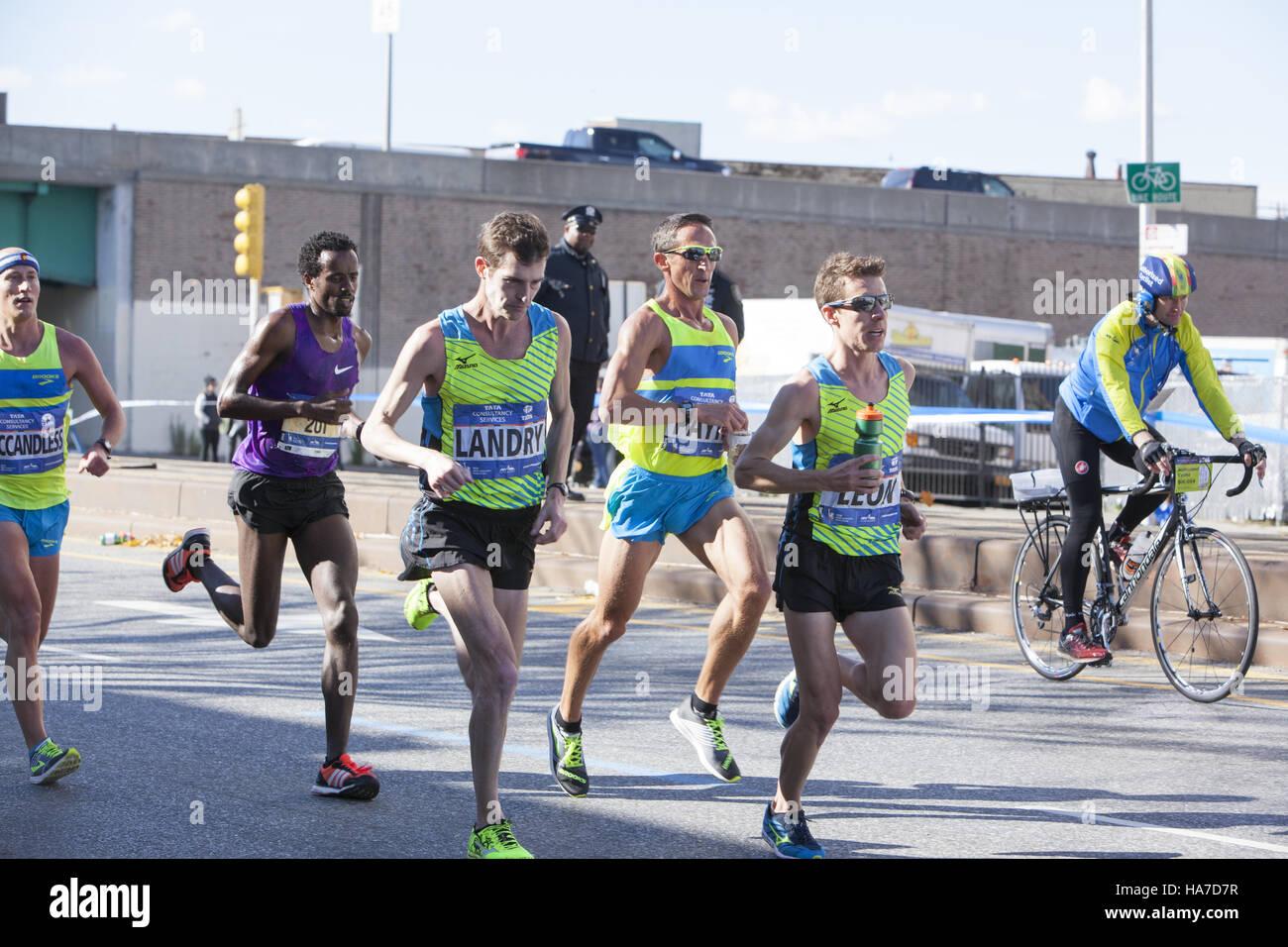 New York City Marathon sur la 4 e Avenue à Brooklyn à environ 4 milles dans la course. Photo Stock