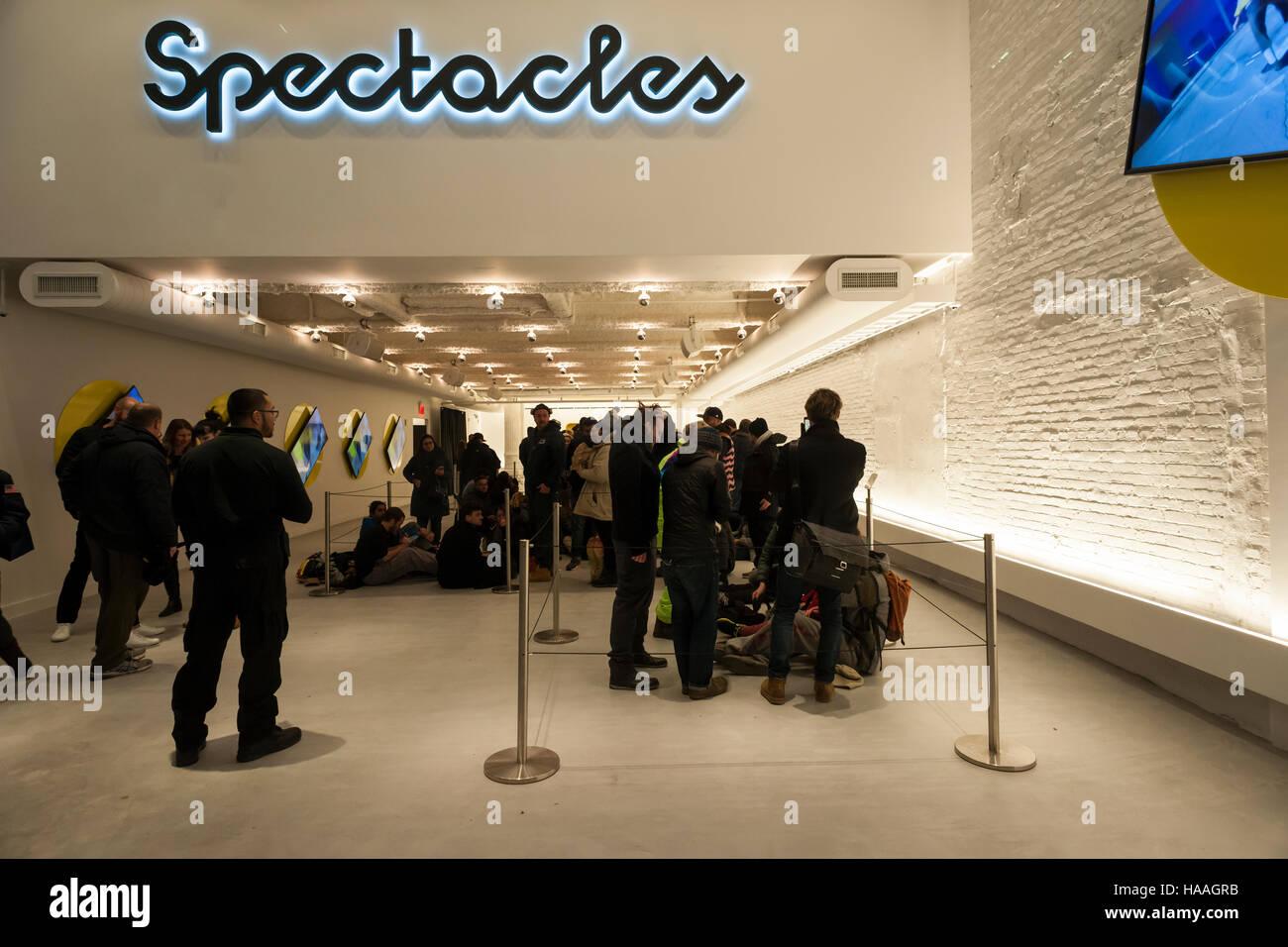 07d2a7423e633 Des centaines d acheteurs attendre en ligne à l spectacles pop up store à