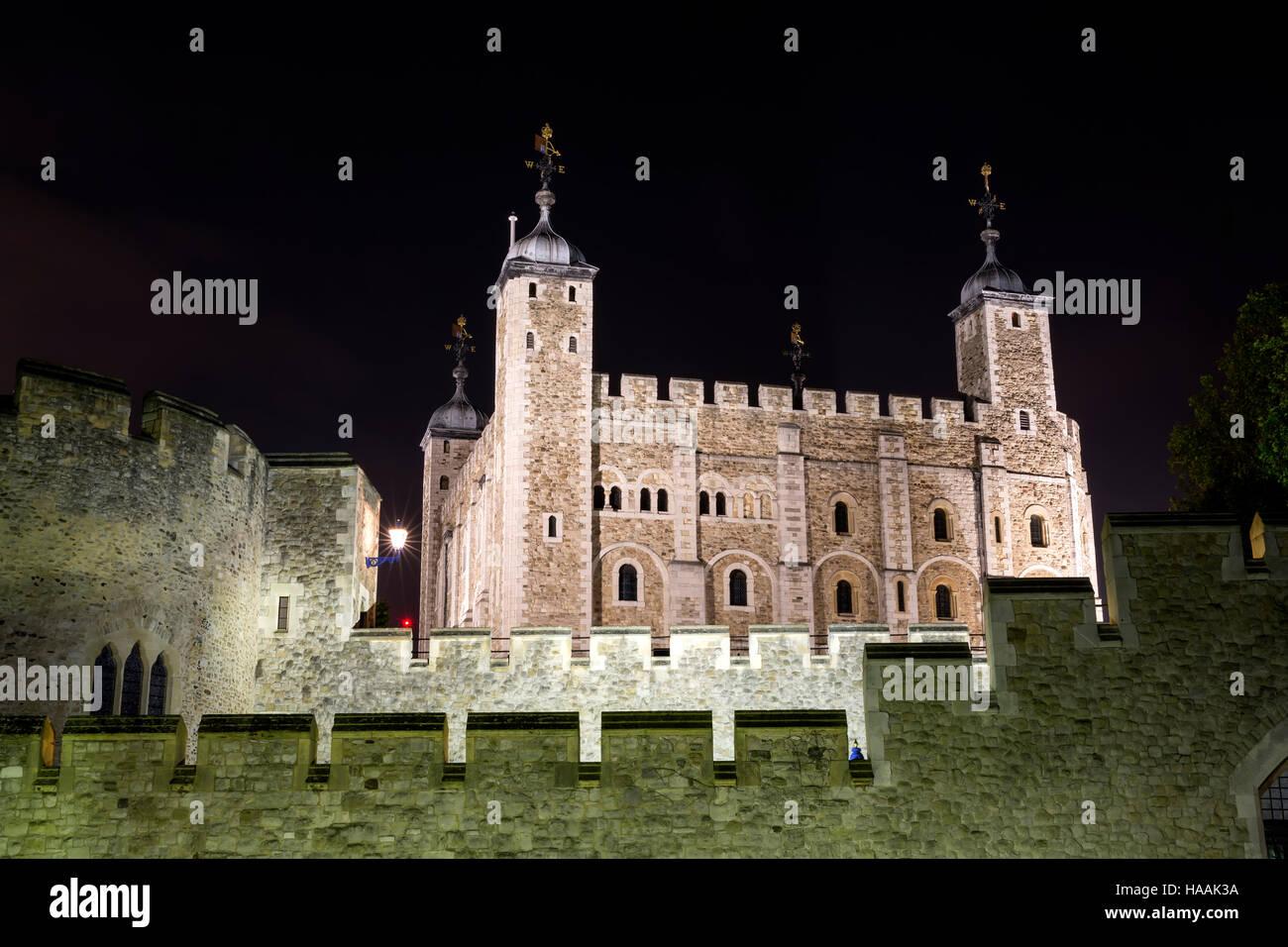 Tour de Londres - Partie de l'Historic Royal Palaces, les Joyaux de la couronne du boîtier illustré dans la nuit. Banque D'Images