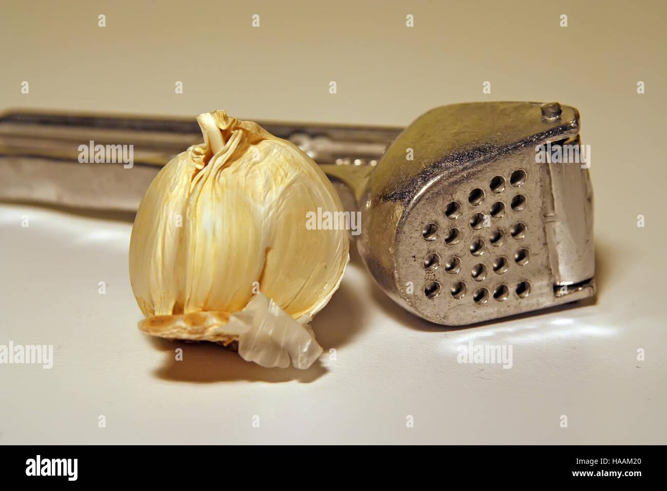 L'ail squasher. Outil de cuisine. Purée d'ail de l'outil. Photo Stock