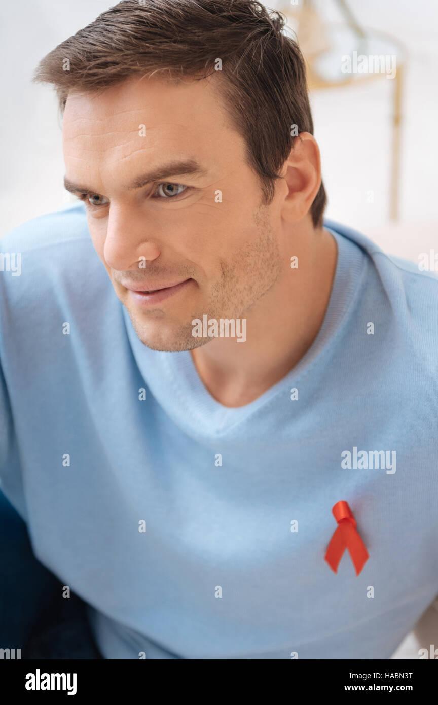 Belle homme séduisant montrant sa sympathie pour les personnes vivant avec le SIDA Photo Stock