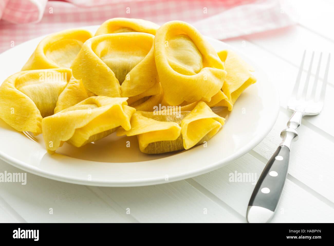 Pâtes tortellini traditionnel italien sur la plaque avec une fourchette. Photo Stock