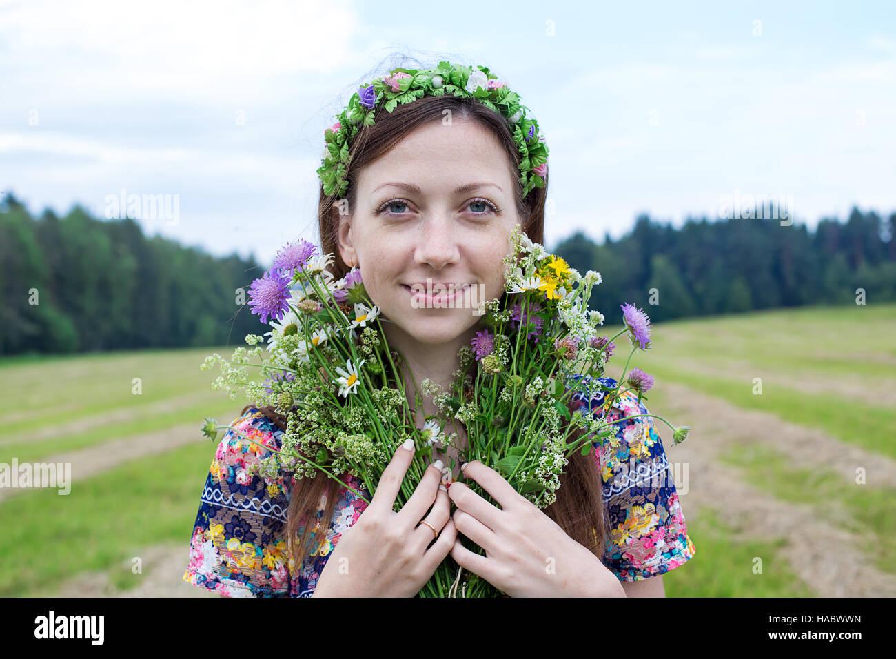 Fille de rousseur avec bouquet de fleurs partage permanent Photo Stock
