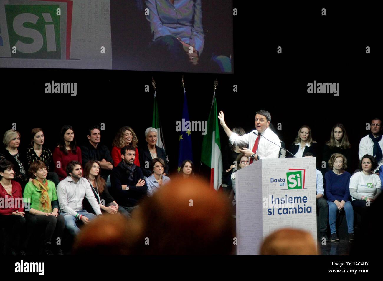 Matteo Renzi le premier ministre, prend la parole lors d'un référendum ''oui'' rassemblement Photo Stock
