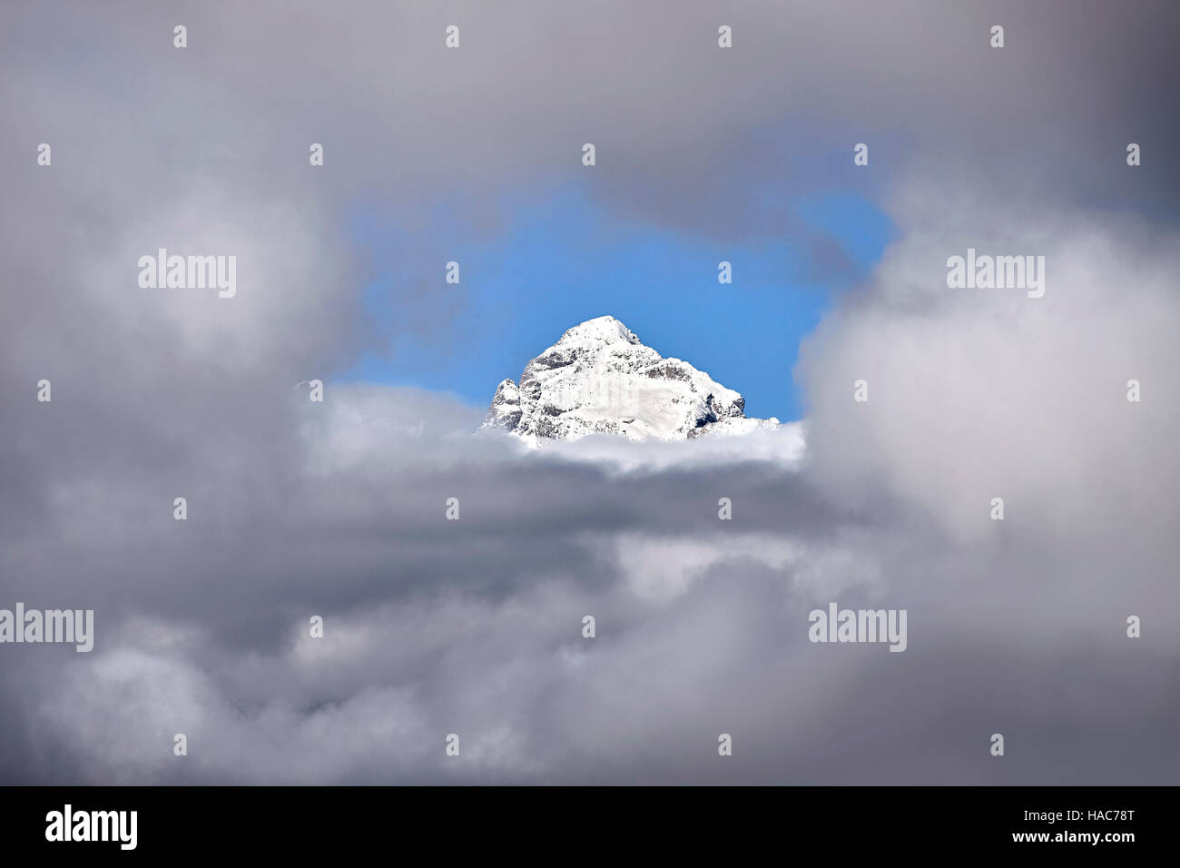 Le Grand Teton peak dans les nuages, Grand Teton National Park, Wyoming, USA. Photo Stock