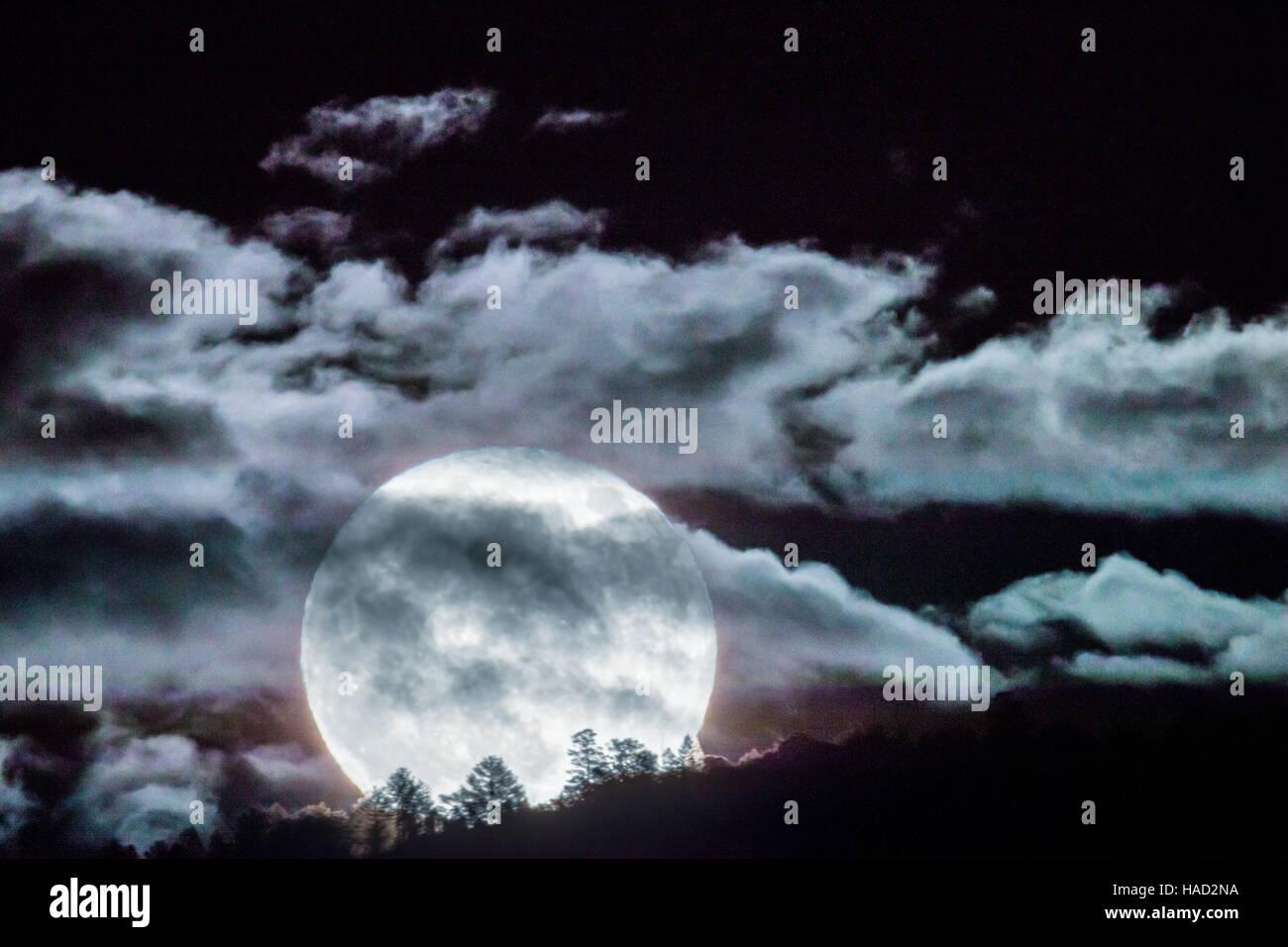 Super plein lune qui s'élève au-dessus de montagnes rocheuses, Salida, Colorado, USA Photo Stock