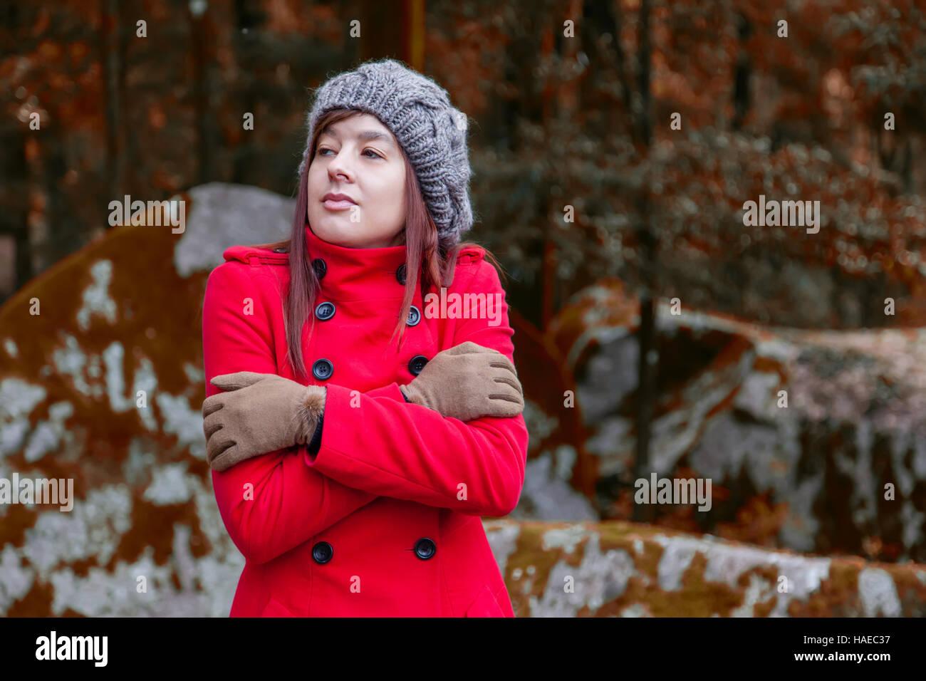 Jeune femme grelottant de froid et d elle-même sur une forêt portant un fe128780f95