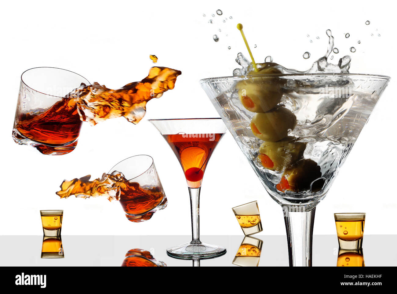 Vieux cocktails faire un nouveau splash. Des cocktails traditionnels sont vus éclaboussures sur cette photo Photo Stock
