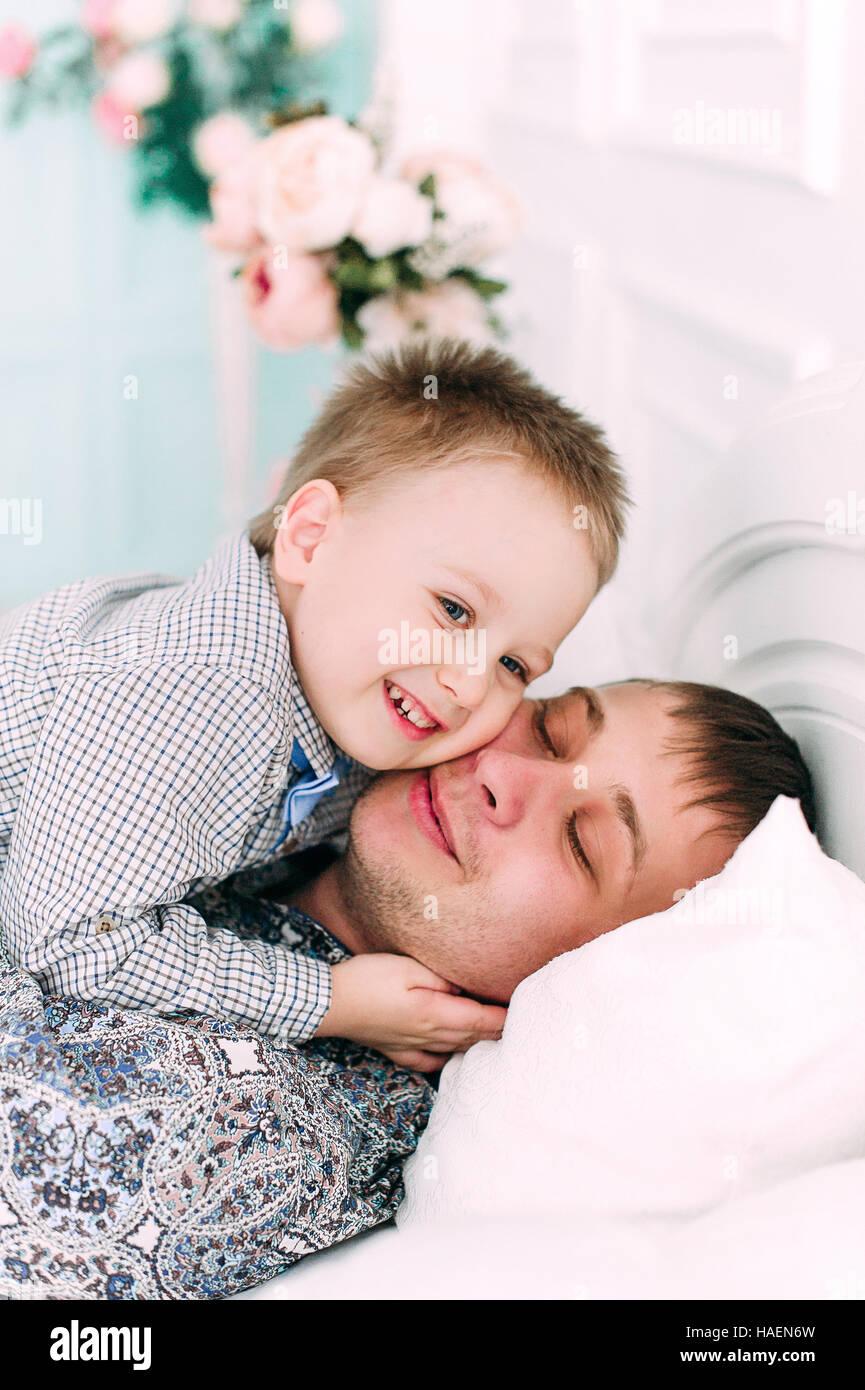 Jeune père et fils jouent ensemble portrait. Studio shot. Photo Stock