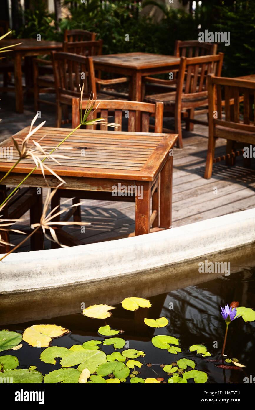 Cafe Terrasse Patio Avec De Vieux Delabree De Tables Et De Chaises