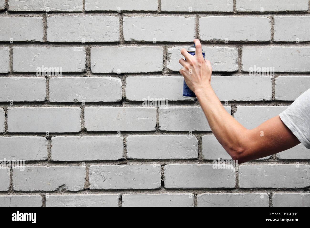Main Tenant Une Bombe De Peinture Graffiti En Face D Un Mur