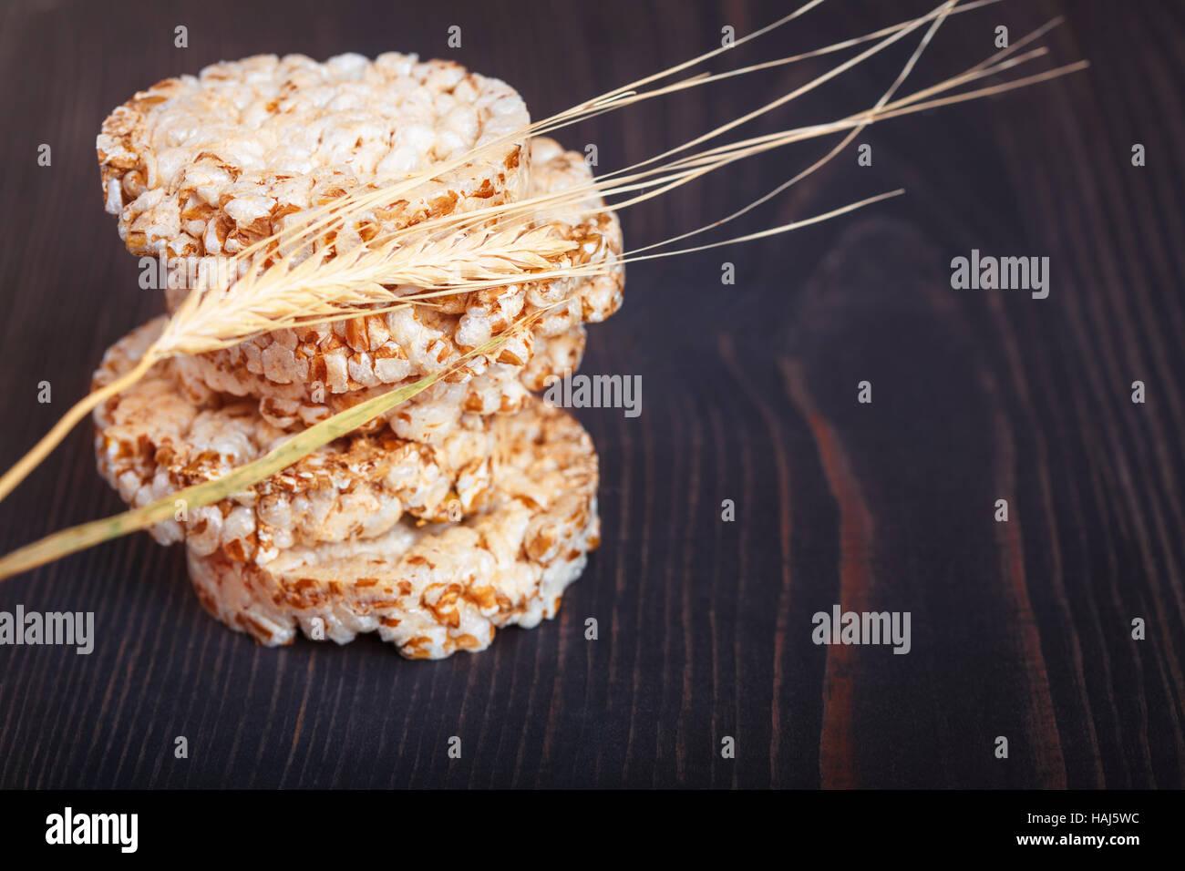 Un régime alimentaire faible apport calorique sur craquelins de grains d'un fond de bois foncé Photo Stock