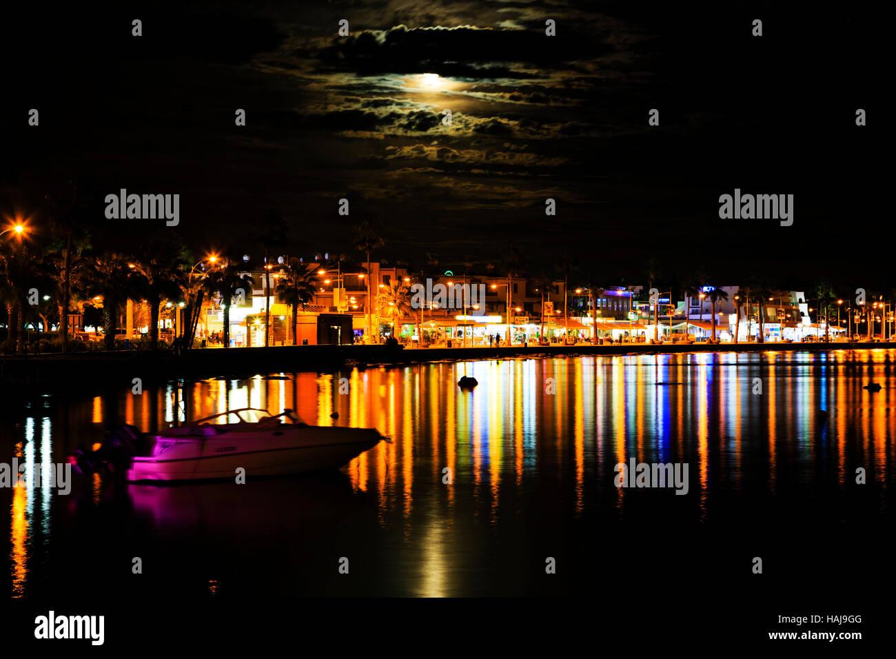 La nuit avec 'Supermoon' qui s'élève au-dessus de port de Paphos, Chypre Photo Stock
