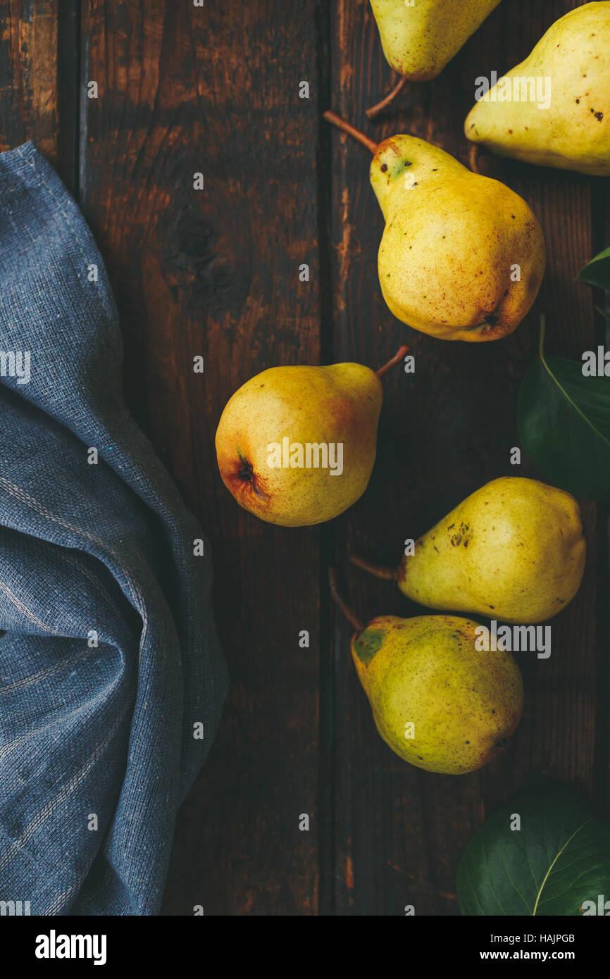 Les poires fraîches sur une surface en bois Photo Stock