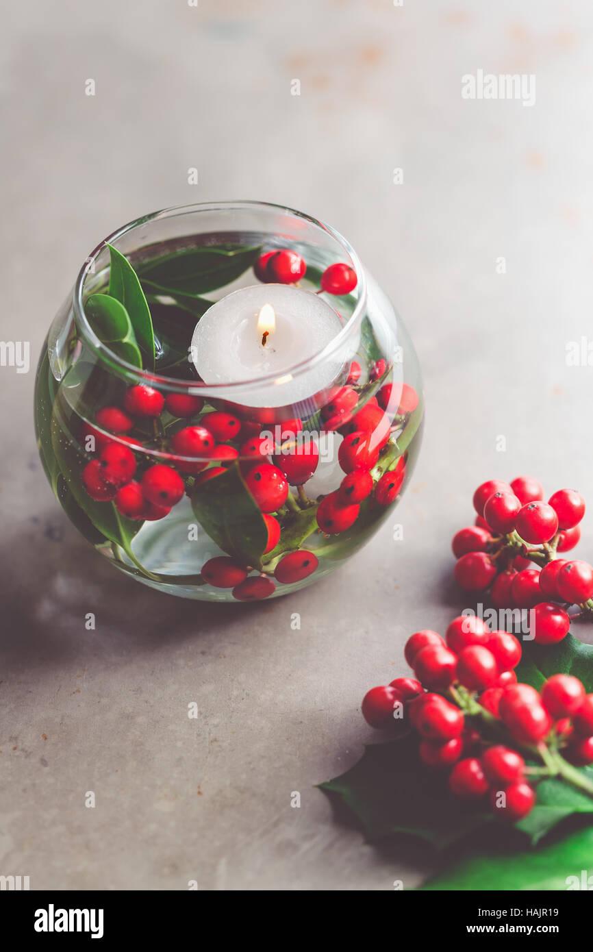 Bouquet De Noel Avec Du Houx décoration de table de noël. vase en verre avec des baies de