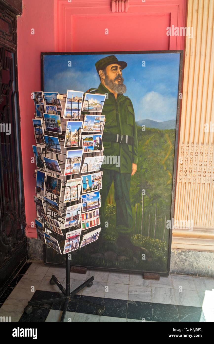 Fidel Castro peinture & tourist post card rack dans entrée de Comités de défense de la révolution Photo Stock