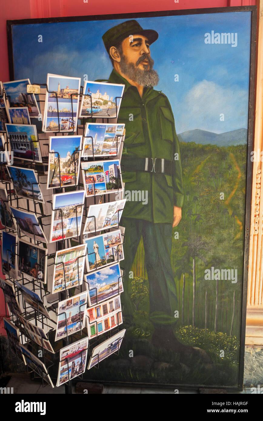 Fidel Castro peinture & tourist post card rack dans entrée de Comités de défense de la révolution de La Havane, Banque D'Images