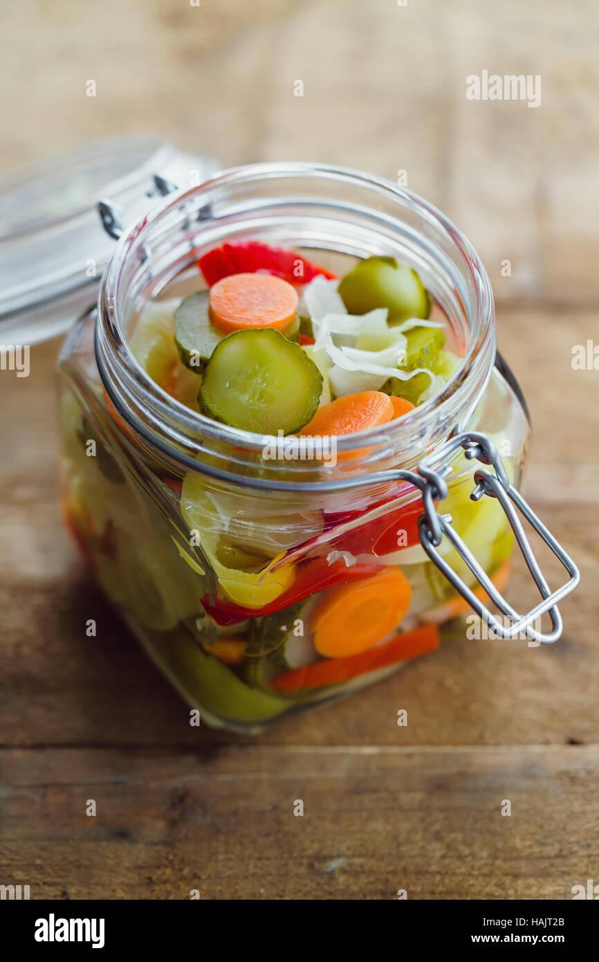 Légumes marinés dans un bocal en verre Photo Stock