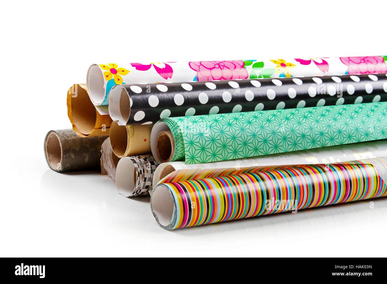 Rouleaux de papier d'emballage coloré isolated on white Photo Stock