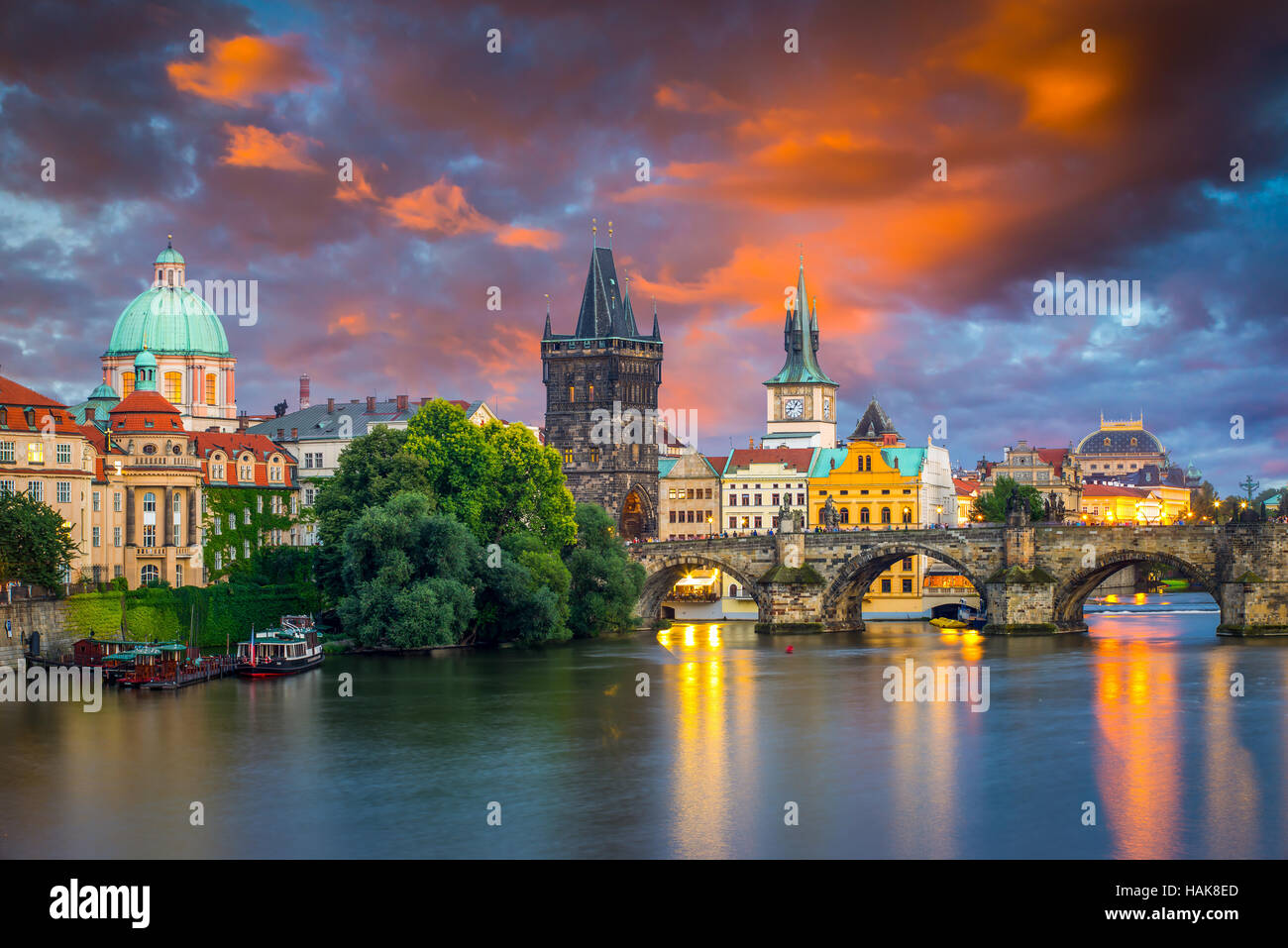 Ciel coucher de soleil orageux dynamique sur la rivière Vltava et Charles Bridge Prague République Tchèque Photo Stock