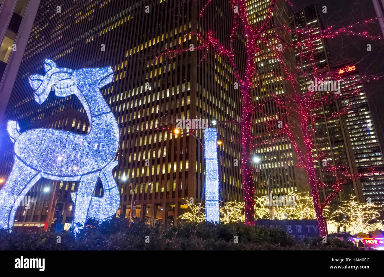 Le renne géant et décorations de Noël sur 6e Avenue à New York City ...