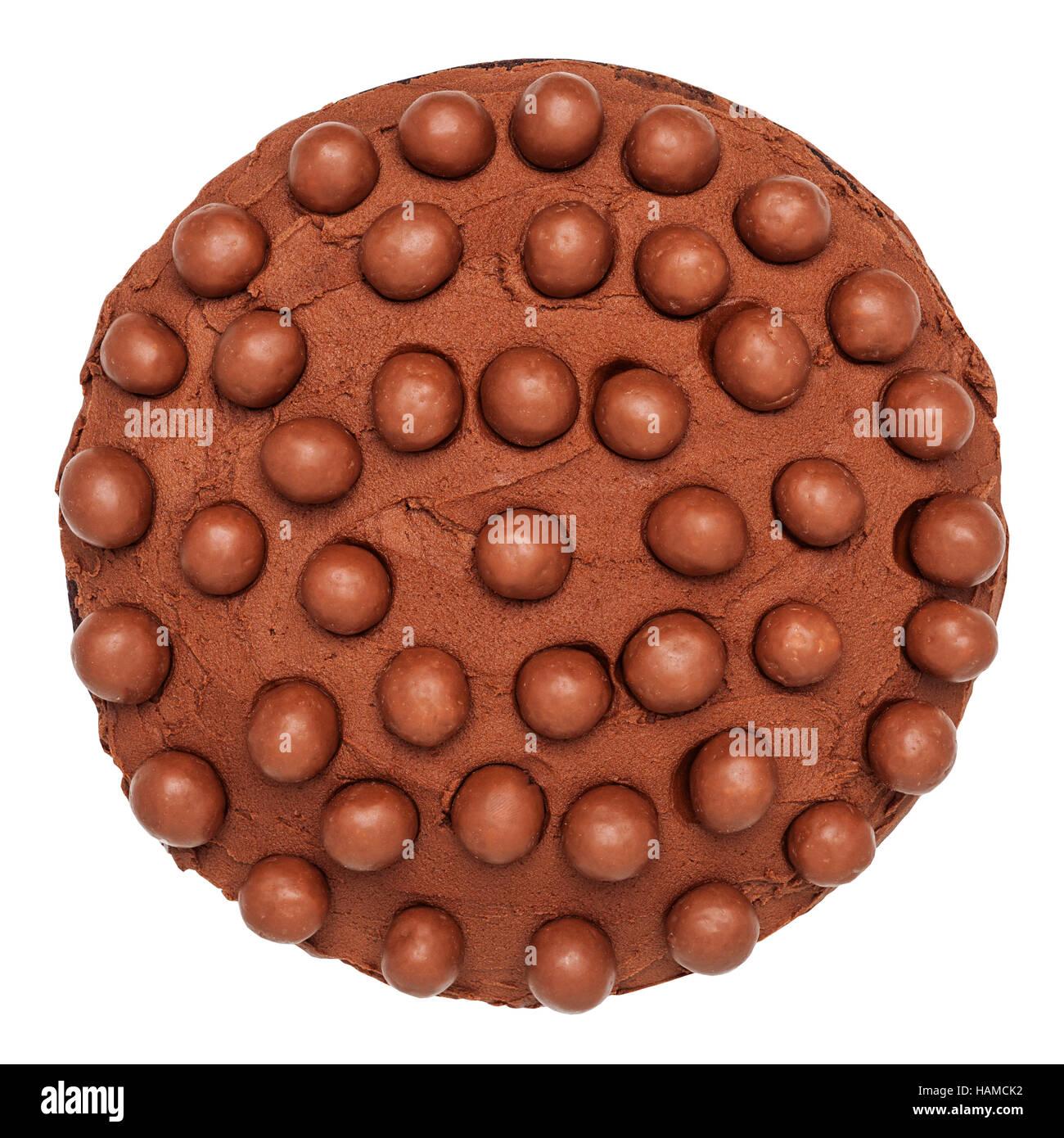 Un gâteau au chocolat fait maison sur un fond blanc Photo Stock