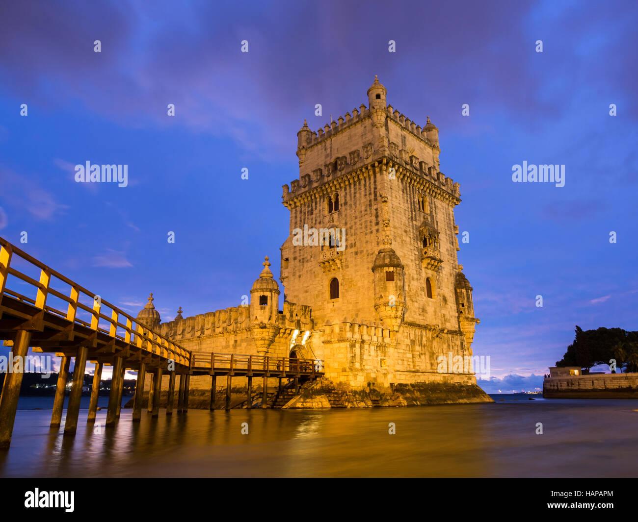 Torre de Belem sur la banque du fleuve Tage à Lisbonne au Portugal, dans la nuit. Photo Stock