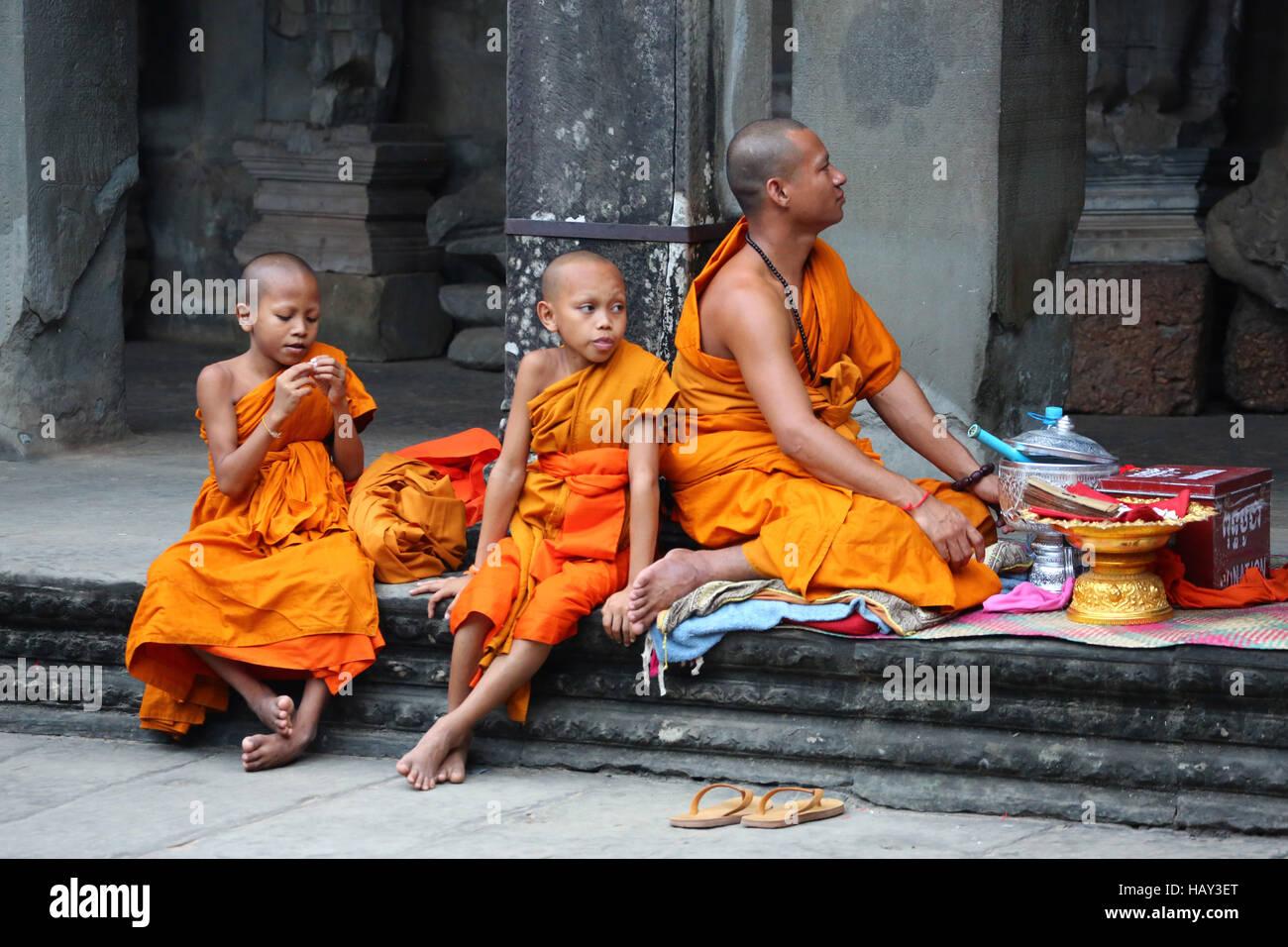 Les jeunes moines bouddhistes au temple d'Angkor Wat à Siem Reap, Cambodge Photo Stock