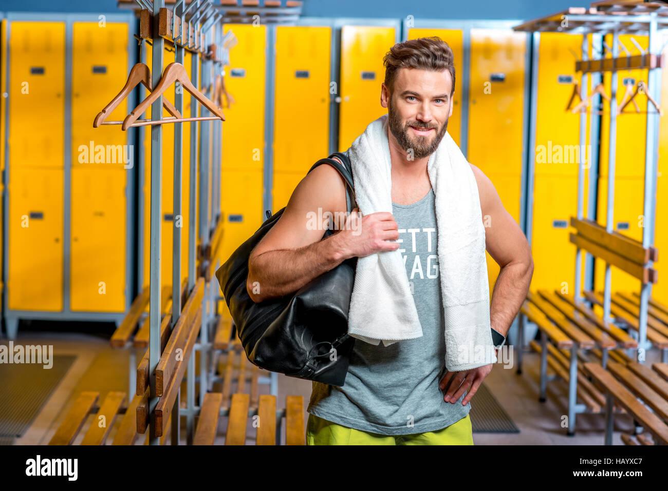 557e36680542 L homme sportif dans le vestiaire Banque D Images, Photo Stock ...