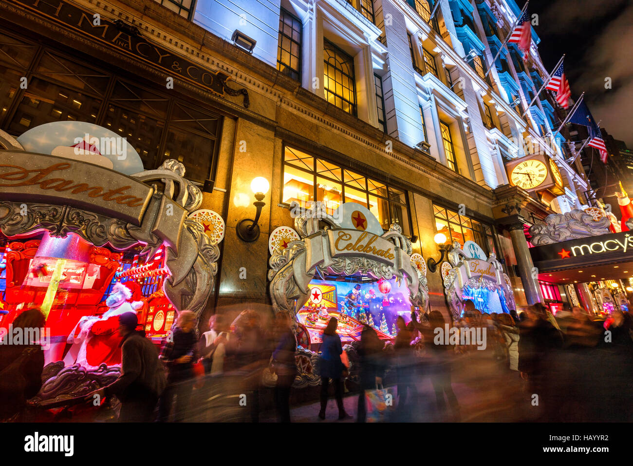 Macy's (grand magasin) avec des lumières de Noël et de vacances s'affiche. Manhattan, New York Photo Stock