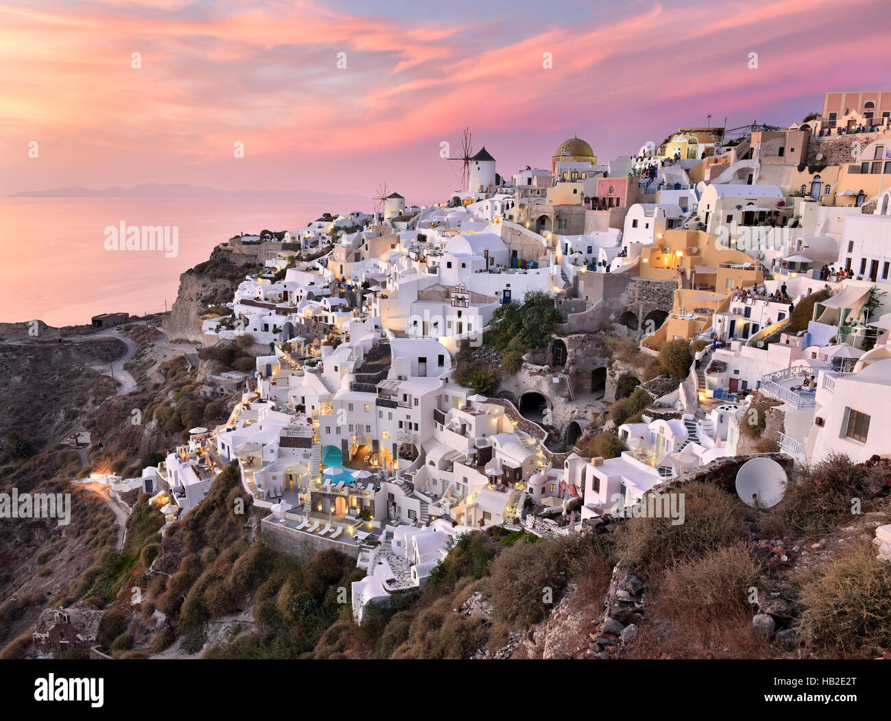 Oia Village dans le style des Cyclades à Santorin, Grèce, lors d'un coucher de soleil rose. Photo Stock
