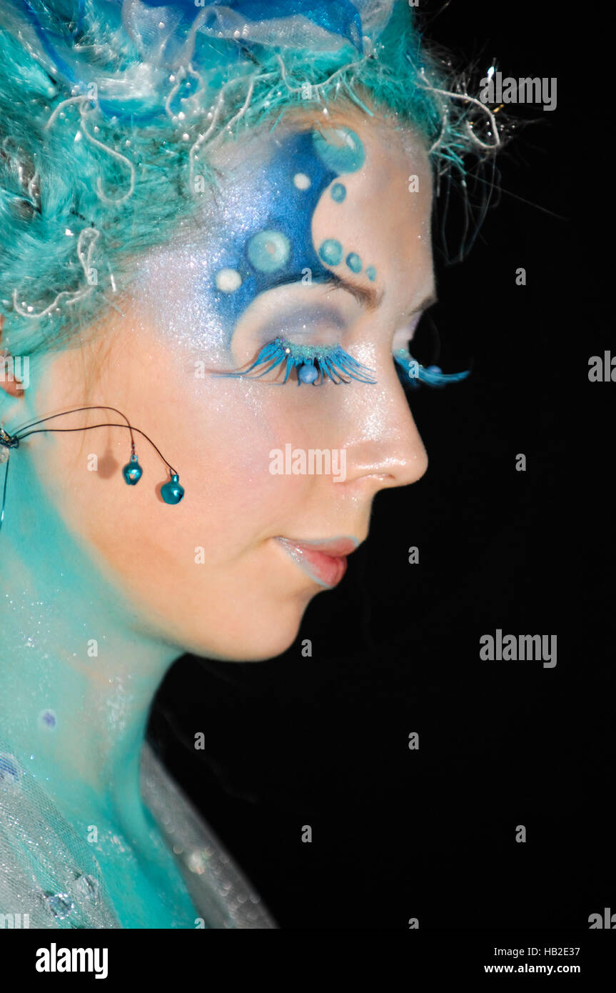 Young woman's face with creative mermaid body art et maquillage en bleu couleurs au fashion show à Kiev, Photo Stock