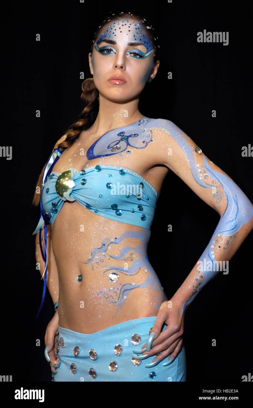 Jeune femme avec creative mermaid body art et maquillage en couleurs bleues, au fashion show à Kiev, Ukraine, Photo Stock