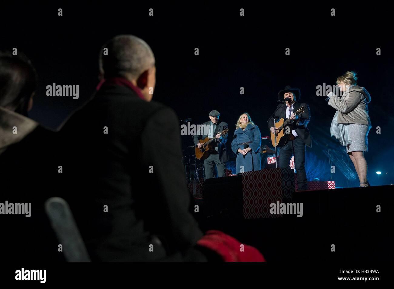 Président américain Barack Obama regarde James Taylor, Kim Taylor, Garth Brooks et Trisha Yearwood effectuer Photo Stock