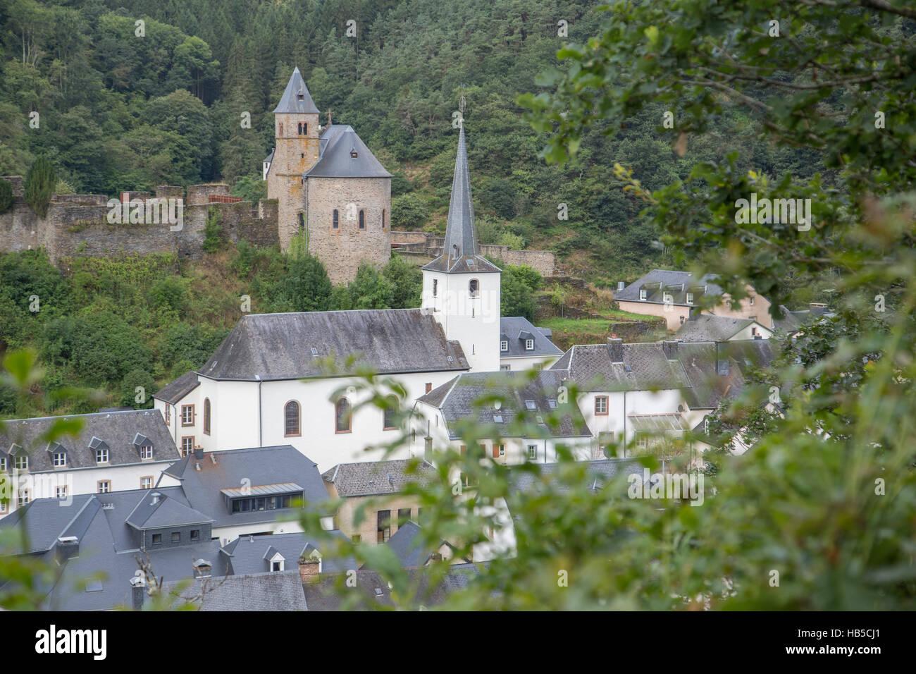 Esch-sur-Sûre château et l'église Photo Stock