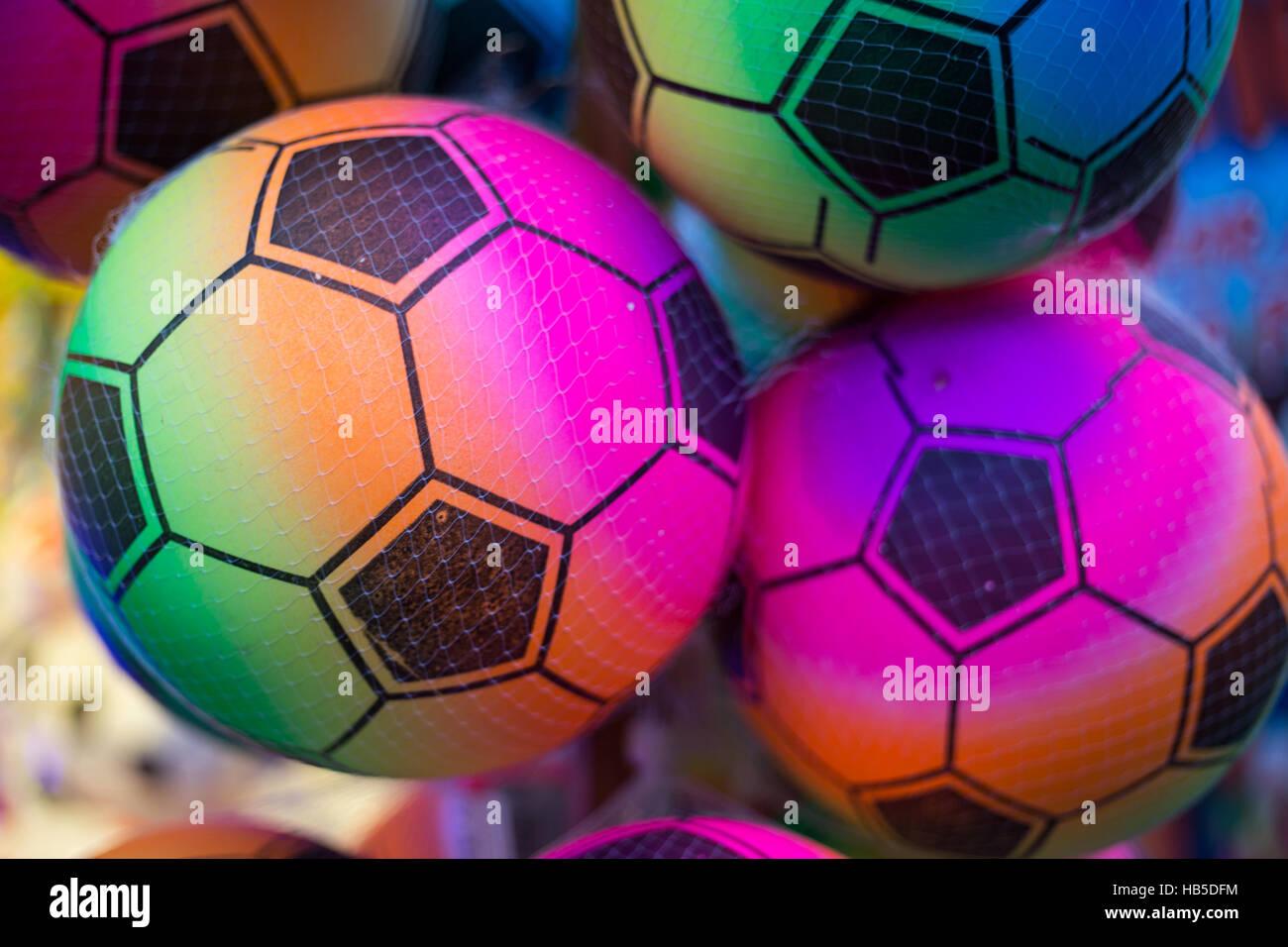 Ballons multicolores dans un filet en plastique. Banque D'Images