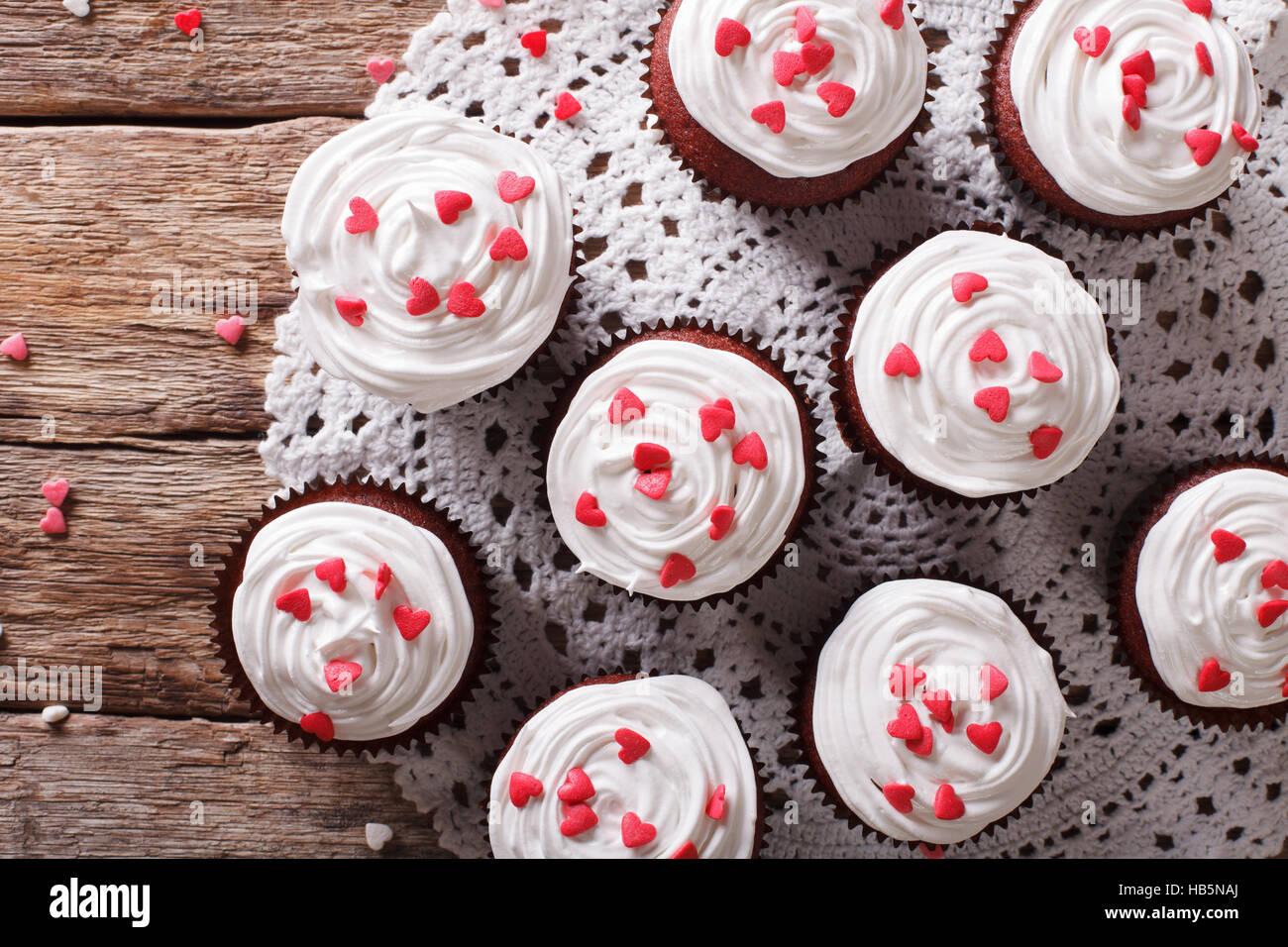 Red Velvet cupcakes décorés avec des coeurs gros plan sur la table horizontale vue du dessus. Photo Stock