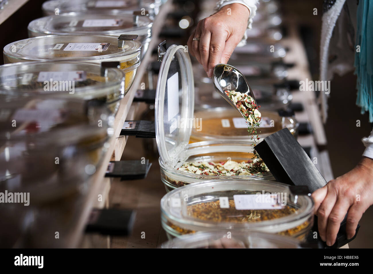 Le mélange est versé dans un sac de papier séché, l'ail, le persil, le paprika, le piment, Photo Stock